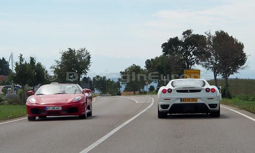 路上の紅白フェラーリF430