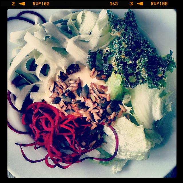 Rödbetsnudlar och zucchininudlar med senapscashewsås
