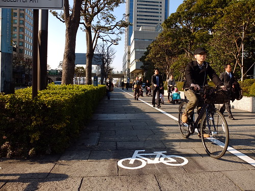 Yokohama`s new (rather half-assed ちゅと はんぱ) bike lane