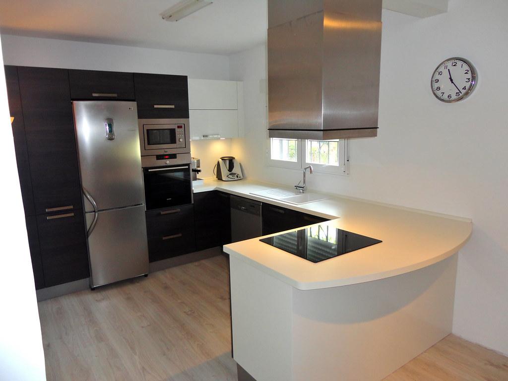 Muebles de cocina en madera con diseño actual - cocinasalemanas.com