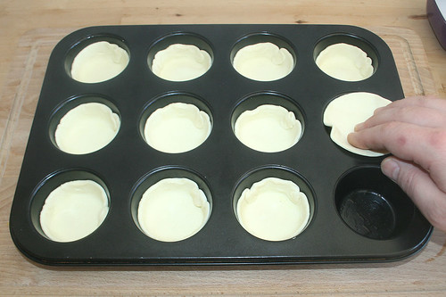 18 - Blätterteig in Form drücken / Add puff pastry to tray