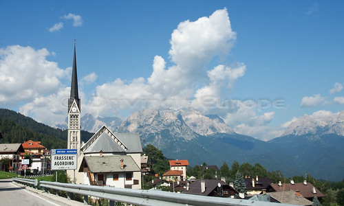 教会の尖塔とアルプス