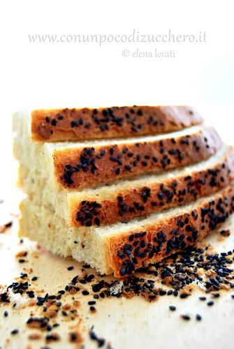 Pane di grano duro e sesamo nero bis.