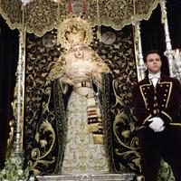 Acólito en el Besamanos de la Virgen de la Encarnación
