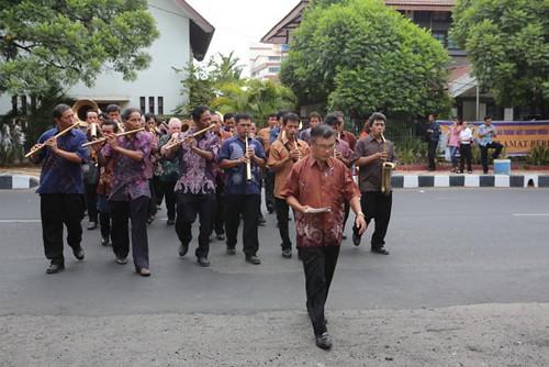 Iringan Musik Bambu menghantar delegasi peserta sidang Denas menuju Katedral Manado
