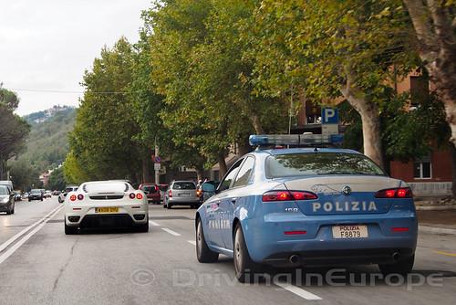 イタリア警察の護衛付き