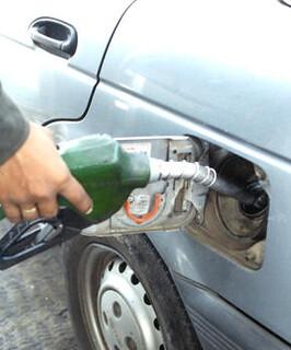 Echando combustible
