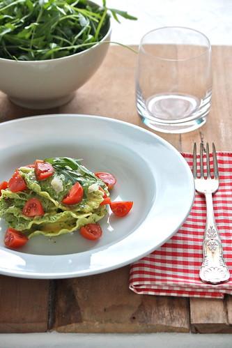 Gran Panzerotti mozzarella, pomodoro e basilico con pesto di rucola e lime