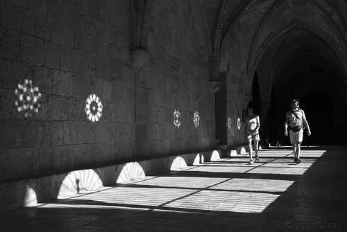 Entre tantas sombras, a veces se encienden luces. by JoanOtazu