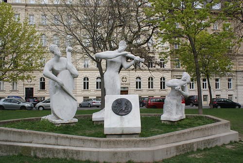 String trio statue near the Votivkirsche