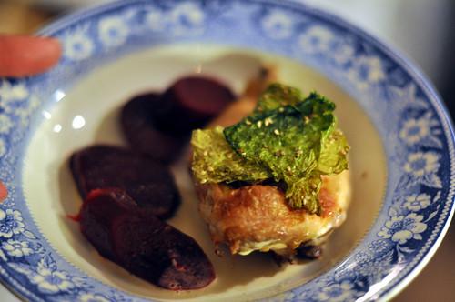 Poussin med braiserede rødbeder, kålchips og foie gras-sauce