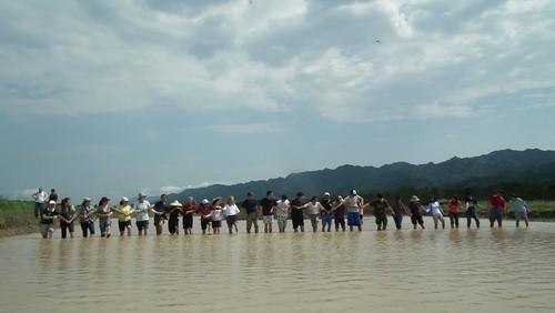 30幾人一起踩踏出候鳥棲地。(圖片來源:富興里拔哈生態農場臉書)