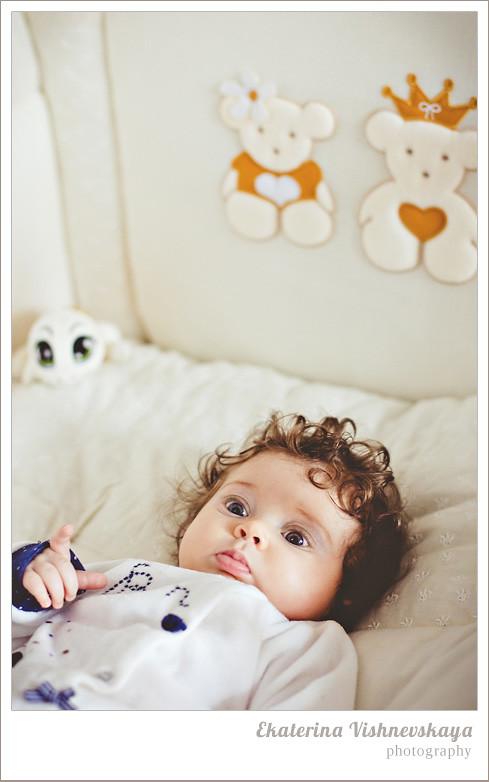 фотограф Екатерина Вишневская, хороший детский фотограф, семейный фотограф, домашняя съемка, студийная фотосессия, детская съемка, малыш, ребенок, съемка детей, кудри, кудряшки, материнство, детская кроватка, красивый портрет, фотограф москва