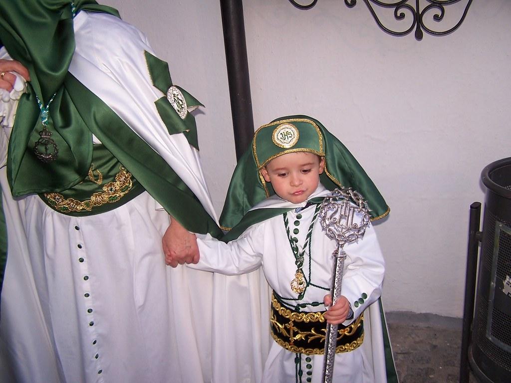 Vestirse de penitente es una tradición que los padres transmiten a sus hijos incluso cuando casi no pueden andar. FOTO: ÁNGEL MEDINA LAÍN