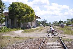Un chico pasa en bicicleta por la estación de ferrocarril de Vega de Palma, en Camajuaní, provincia Villa Clara, Cuba - 2013