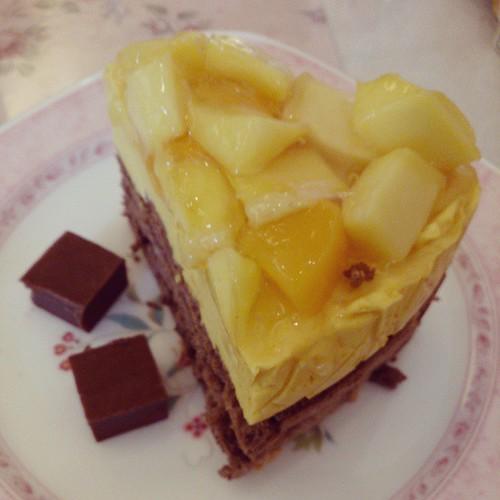 今日のおやつは、新マンゴーとチョコレートのケーキ。