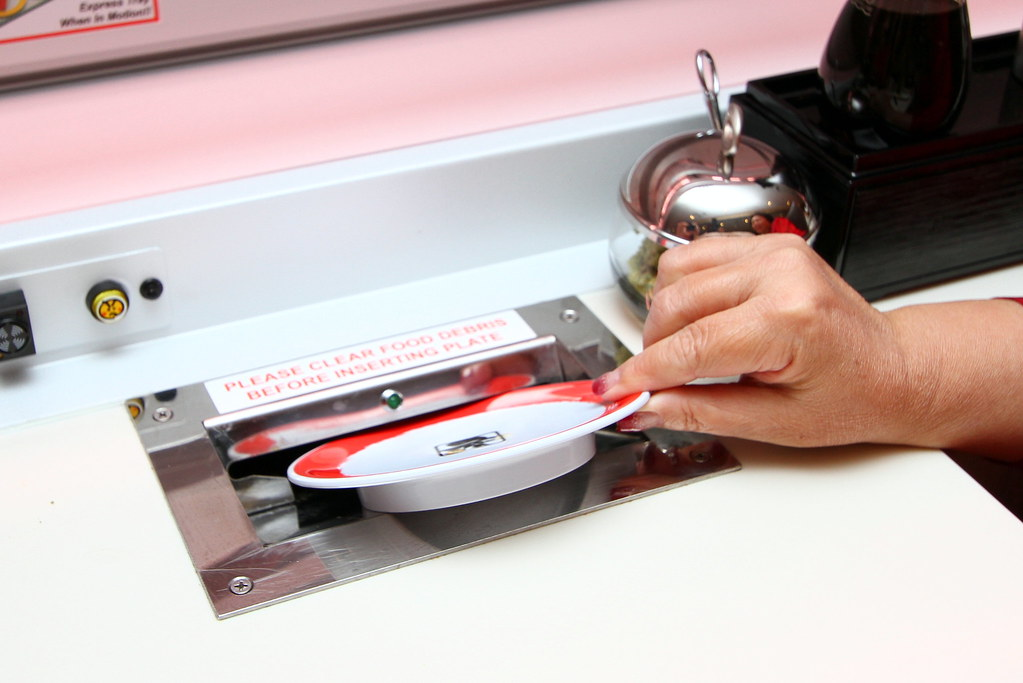 Genki Sushi's mechanised sushi plate-clearing system