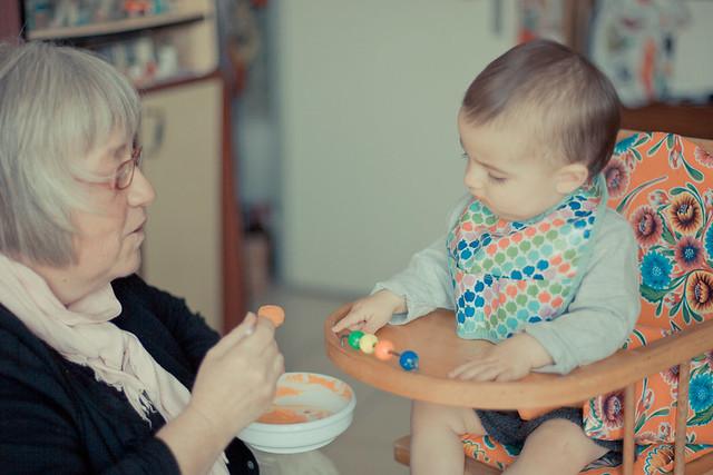 bébé et grand mère