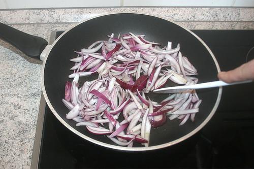 22 - Zwiebeln andünsten / Roast onions gently