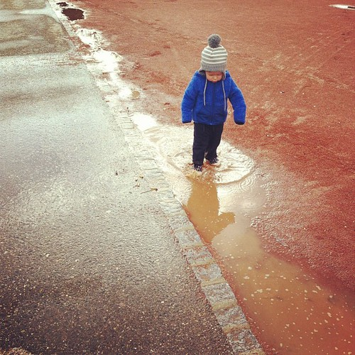 can't keep this kid out of puddles (9 avr).