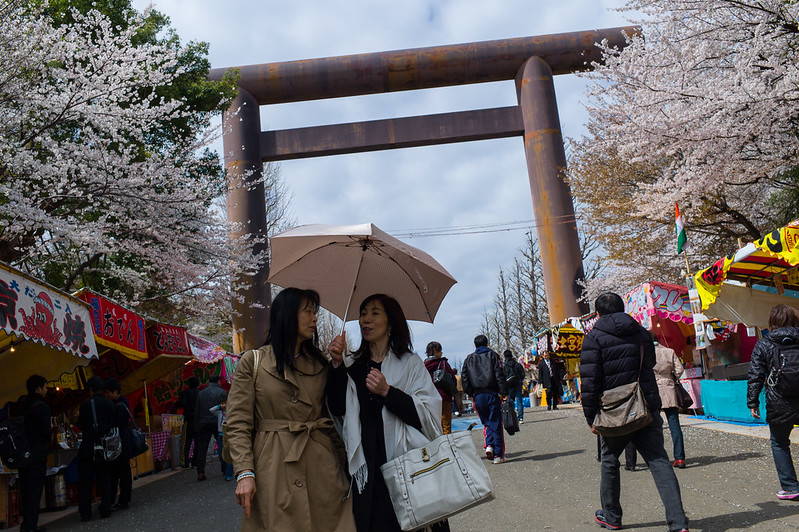2 women in front of Yasukuni Shrine