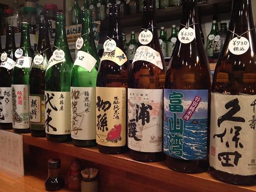 カウンター席には日本酒がずらり@濱の