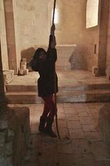 petite fille sonnant la cloche église Saint Ouen la Thène