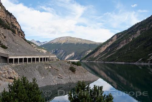リヴィニョ湖沿いのトンネル