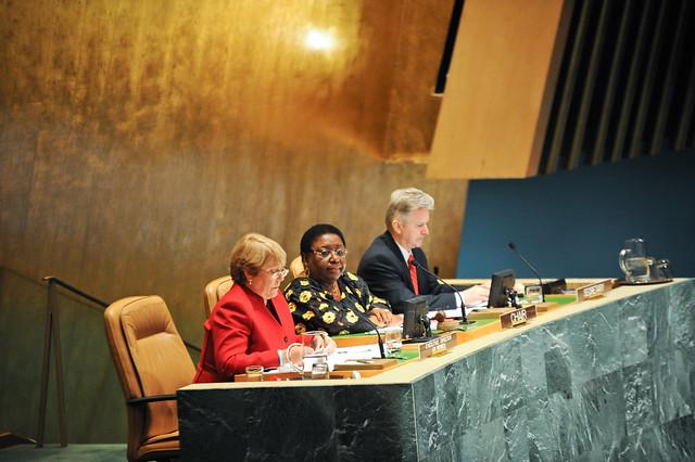 Diretora Executiva da ONU Mulheres, Michelle Bachelet (à esquerda), e a Presidente da Comissão, a Embaixadora da Libéria, Marjon V. Kamara, se dirigem à reunião. Foto: ONU Mulheres/Catianne Tijerina.