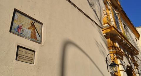 Azulejo del Nazareno de El Valle sobre la fachada lateral de San Benito