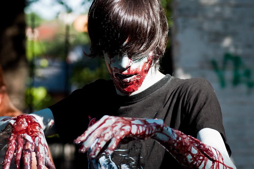"""Un joven se maquilla para hacerse pasar como un zombie y participar del encuentro llamado """"Zombie Walk"""" que se realizo en octubre del año 2011, organizado por el movimiento """"Juventud que se mueve"""" (JQM) para concentrar cientos de participantes en un divertido evento relacionado con Halloween, donde el requisito para participar es ir disfrazado de zombie, colaborar con alimentos no perecederos para distribuir a los pobres y lo mas importante: divertirse. (Elton Núñez)"""