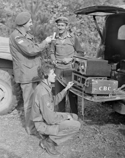 CBC war correspondents Normand Eaves, holding the microphone, and Norman McBain... / Le correspondant de guerre Normand Eaves, au micro, et Norman McBain...