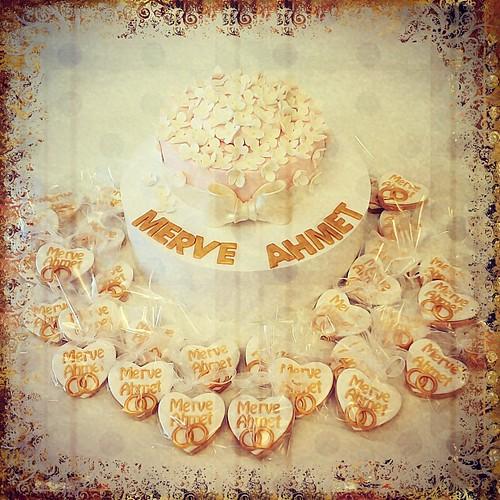 Merve hanim ile Ahmet beyin soz pastasi ve kurabiyeleri... #burcinbirdane #wedding #weddingcake #engagement #engagementcakes #flowers #sugarflowers