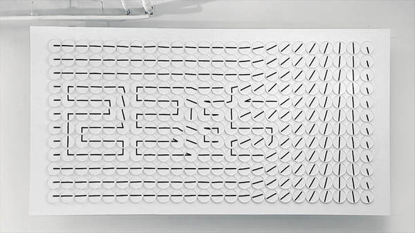 instalación artística con relojes analógicos