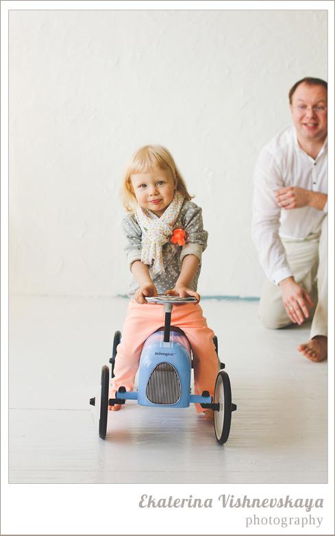 фотограф Екатерина Вишневская, хороший детский фотограф, семейный фотограф, домашняя съемка, студийная фотосессия, детская съемка, малыш, ребенок, съемка детей, фотография ребёнка, девочка, красота, милый ребёнок, счастье, игра, радость, папа, отцовство, велосипед, самокат, шарфик, фотограф москва