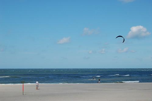 Bei dem Wellengang macht Kite surfen Spass