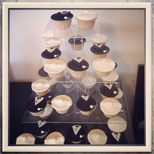 #bridecupcakes#groomcupcakes#weddingcupcakes#sugarart#sugarpaste by l'atelier de ronitte