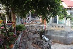 龍泉寺旁的水池涼亭,雖國基鞏固卻龍困淺灘。