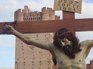 Cristo crucificado junto a la torre del castillo.