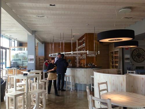 Vista del comedor con la barra al fondo - Restaurante Lounge En copa de balón