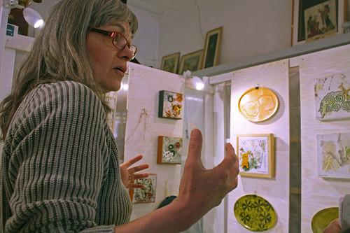 I butikens utställningsmonter visar Anneli Lindberg sina verk.
