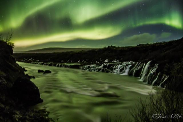 Aurora Waterfall - Hraunfossar baðaðir norðurljósum