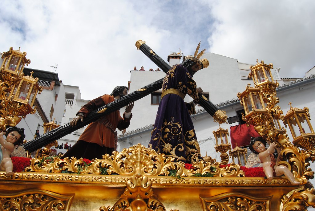 Padre Jesús va acompañado del Cirineo, que le ayuda a portar la pesada cruz. El bordado de oro de la túnica de Padre Jesús es uno de los detallles más valorados de la Semana Santa setenileña. FOTO: ÁNGEL MEDINA LAÍN