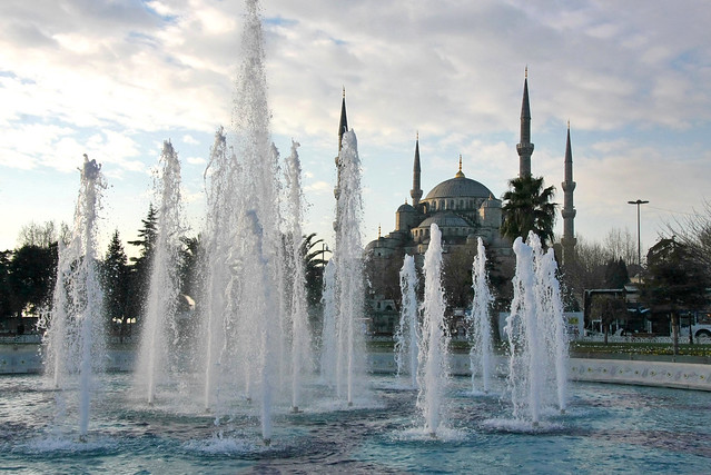 Blue Mosque behind the fountain, Istanbul, Turkey イスタンブール、ブルーモスクと噴水