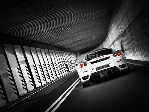 トンネル内のフェラーリF430
