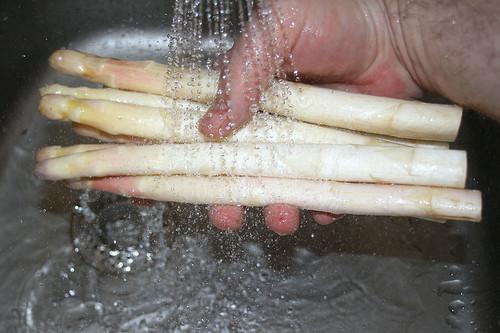 11 - Weißen Spargel waschen / Wash white asparagus