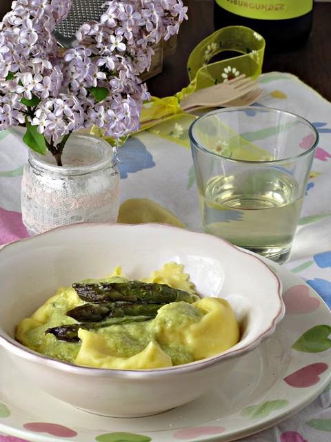Fagottini al Caprino e Limone con Crema di Asparagi al Vino Bianco