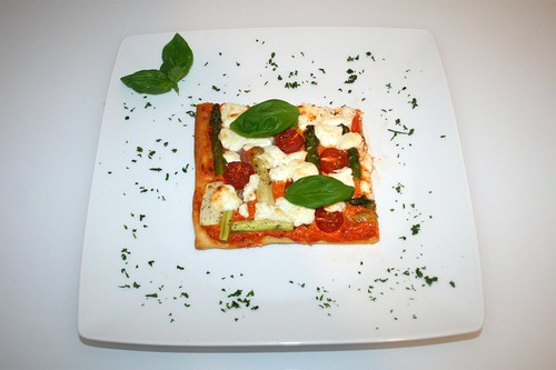 35 - Spargel-Pizza mit Ajvar & Ziegenfrischkäse / Asparagus pizza with ajvar & soft goat cheese - serviert