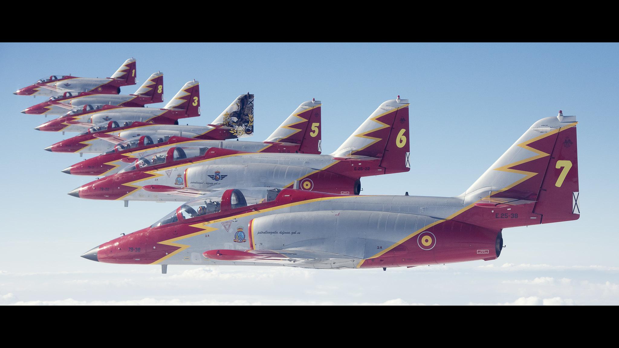 Formación de aviones Casa C-101 -Aviojet- en vuelo