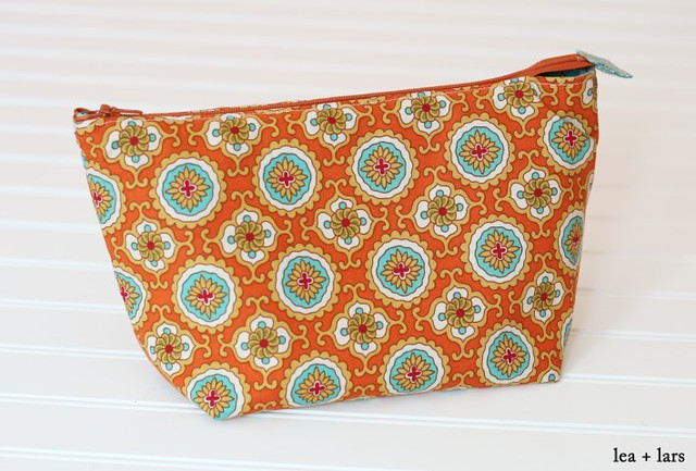 cosmetic bag - noodlehead open wide zipper pouch tutorial